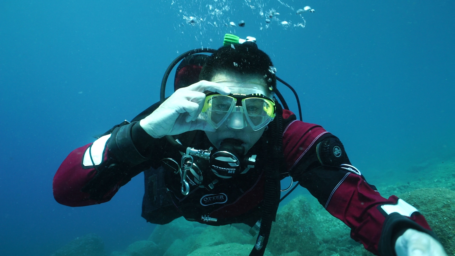 Scuba diver removing regulator