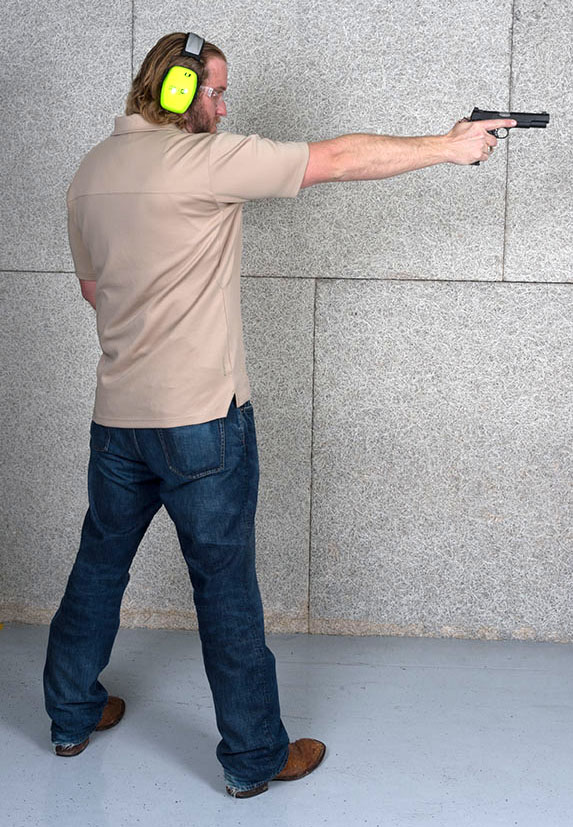 Body position with one-handed handgun grip
